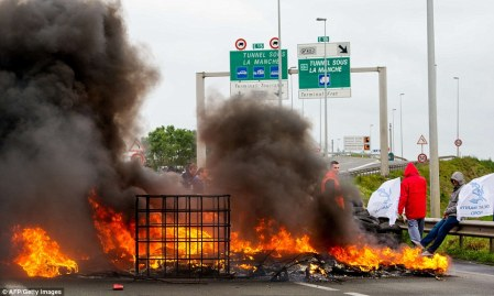 29E278CF00000578-3135685-Heated_protest_Workers_from_the_French_company_MyFerryLink_burn_-a-10_1435080246272