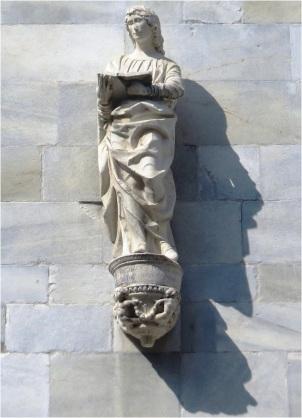 Como Cathedral Statue