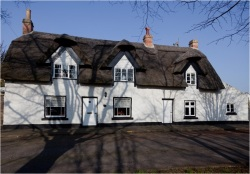 Thatched-Cottages,-Crowland,-Lincolnshire